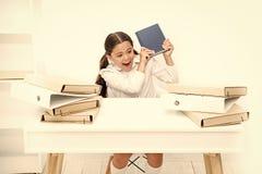 L'allievo annoiato della ragazza si siede allo scrittorio con le cartelle ed i libri Emissioni di educazione scolastica Di nuovo  immagine stock libera da diritti