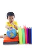 L'allievo asiatico impara la geografia Fotografia Stock