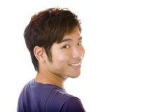 L'allievo asiatico maschio felice sta sorridendo Immagini Stock