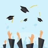 L'allievo degli studenti di laurea passa i cappucci di lancio dell'abito nell'aria Fotografia Stock