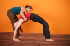 L'allievo di yoga piega indietro Fotografie Stock Libere da Diritti