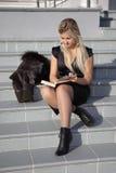 L'allievo femminile legge il libro Fotografia Stock