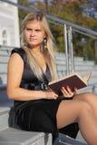 L'allievo femminile legge il libro Immagini Stock Libere da Diritti