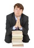 L'allievo prega prima di esame sui manuali Fotografia Stock