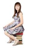 L'allievo si siede sul mucchio dei libri Fotografia Stock