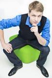 L'allievo si siede sulla sfera verde e sul pensiero Immagine Stock Libera da Diritti