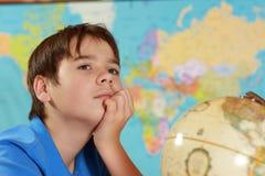 L'allievo studia la geografia Immagine Stock