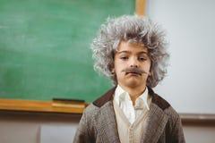 L'allievo sveglio si è agghindato come Einstein in un'aula Immagini Stock Libere da Diritti