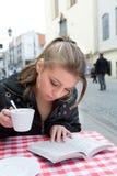 L'allievo in via del caffè in vecchia città Fotografie Stock