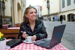 L'allievo in via del caffè in vecchia città Fotografia Stock Libera da Diritti