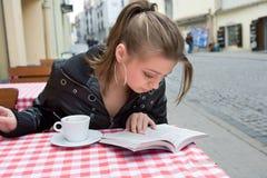 L'allievo in via del caffè in vecchia città Fotografie Stock Libere da Diritti