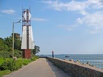 L'allineamento del scanalatura-foro firma dentro il boulevard di Morskoy Baltiysk, regione di Kaliningrad Fotografia Stock