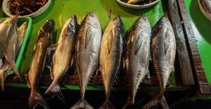L'allineamento di Mackarels in una fila ha venduto nel mercato tradizionale Jakarta contenuta foto Indonesia Fotografie Stock