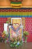 L'allocation des places décorée de temple attend HH Penor Rinpoche à l'habilitation d'Amitabha, bâti de méditation dans Ojai, CA Photo libre de droits
