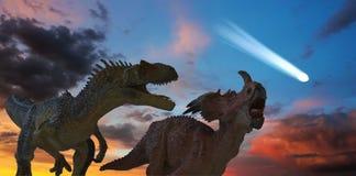 L'allosauro e lo Styracosaurus combattono come gli approcci della cometa Fotografie Stock