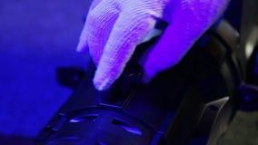 L'allumeur dévisse la vis du tube du projecteur de profil clips vidéos