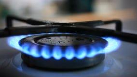 L'allumeur a mis à feu la cuisinière à gaz et le ragoût banque de vidéos