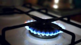 L'allumeur a mis à feu la cuisinière à gaz et le ragoût clips vidéos