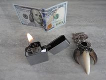 L'allumeur ouvert en métal avec la flamme sur le noir est fond photos libres de droits