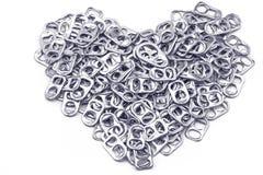 L'alluminio di tirata dell'anello della pila delle latte come forma del cuore indica di nuovo Immagini Stock