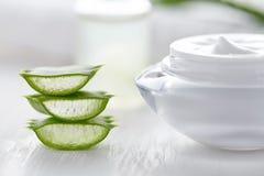 L'aloès Vera découpe le produit en tranches cosmétique naturel sain avec de la crème Photographie stock