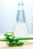 L'aloe fresco vera lascia con il succo di vera dell'aloe in bottiglia Fotografia Stock Libera da Diritti