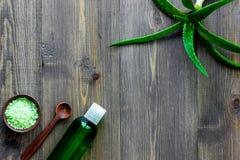 L'aloe vera copre di foglie, sale della stazione termale e lozione pulita cosmetica sul copyspace di legno di vista superiore del Fotografia Stock Libera da Diritti