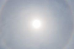 L'alone del sole con il cielo nuvoloso nel fondo, fenomeno naturale Immagine Stock