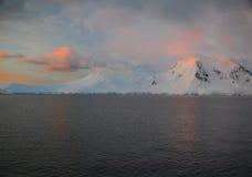 L'alpenglow subtile allume la montagne neigeuse Photographie stock