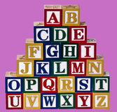 L'alphabet bloque le fond rose Images libres de droits