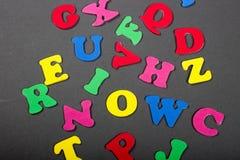 L'alphabet coloré lumineux marque avec des lettres la pose sur un fond gris Photo libre de droits