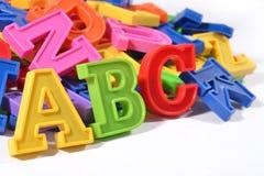 L'alphabet coloré par plastique marque avec des lettres ABC Image libre de droits