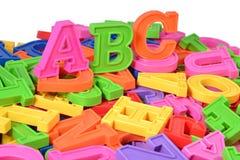 L'alphabet coloré par plastique marque avec des lettres ABC Images libres de droits