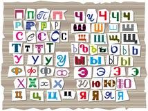 L'alphabet latin, composé des lettres de différentes tailles et formes, est tiré dans le style des inscriptions des romans polici illustration stock