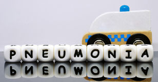 L'alphabet marque avec des lettres orthographier une pneumonie de mot Photos libres de droits