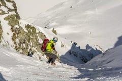 L'alpinismo dello sci discende il couloir Fotografie Stock Libere da Diritti