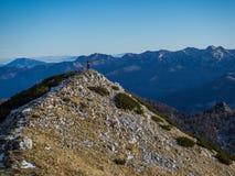 L'alpinista alla cima della montagna Fotografia Stock