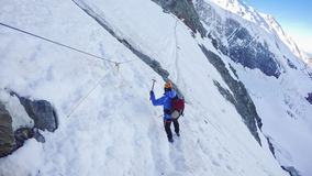 L'alpinista arriva al passaggio di Couloir sul modo alla sommità di Montblanc Immagini Stock Libere da Diritti