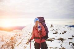 L'alpinista beve l'acqua sopra la montagna Fotografia Stock Libera da Diritti