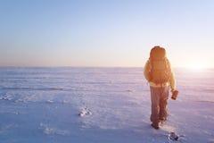L'alpinista cammina sulla collina su un ghiacciaio Retrovisione, lampadina, grande spazio della copia a sinistra Immagini Stock Libere da Diritti