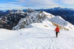 L'alpinista che cammina sulla cima della cresta Immagine Stock