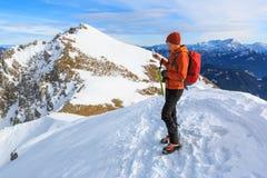 L'alpinista che fotografa con il telefono cellulare Immagine Stock
