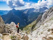 L'alpinista che gode della vista dalla montagna fotografia stock libera da diritti