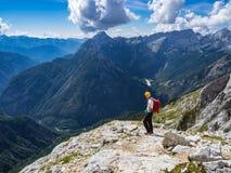 L'alpinista che gode della vista dalla montagna immagine stock