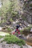 L'alpinista che salta sopra una pietra Fotografia Stock Libera da Diritti