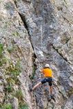 L'alpinista che scala Sohodol si rimpinza dei pendii rocciosi Fotografia Stock Libera da Diritti