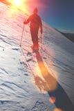 L'alpinista con uno zaino va lungo l'itinerario Immagini Stock Libere da Diritti