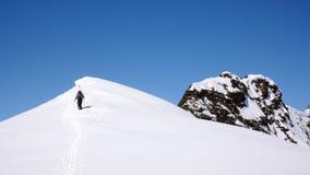 L'alpinista dello sci si è diretto alla sommità nelle montagne di Silvretta Fotografie Stock