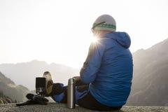 L'alpinista gode dell'alba nelle alpi svizzere durante una pausa Immagini Stock Libere da Diritti