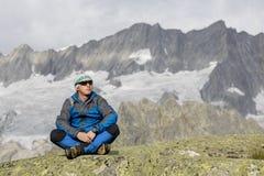 L'alpinista gode della libertà nelle montagne Fotografia Stock